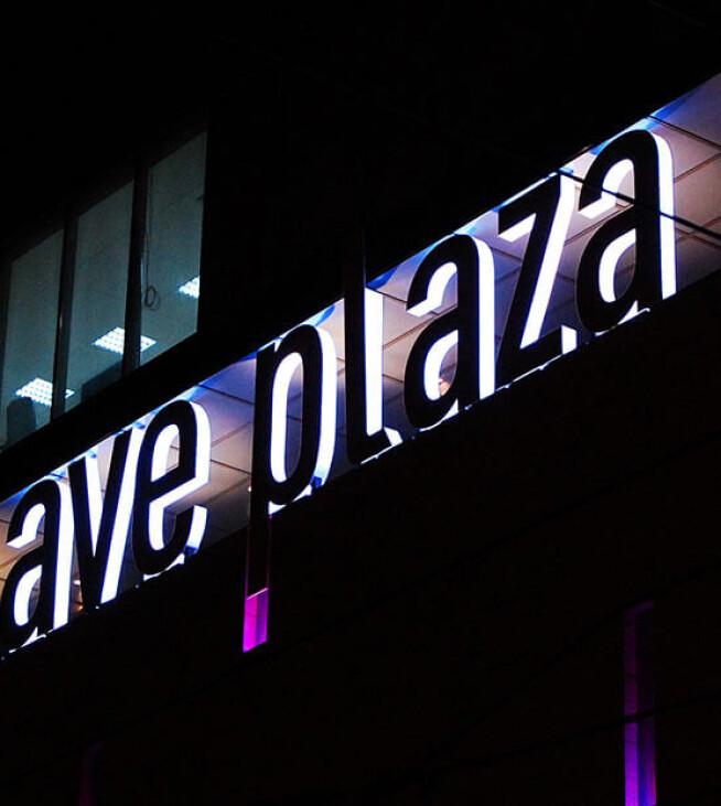Вывеска Аве Плаза на крыше торгового центра в Харькове.