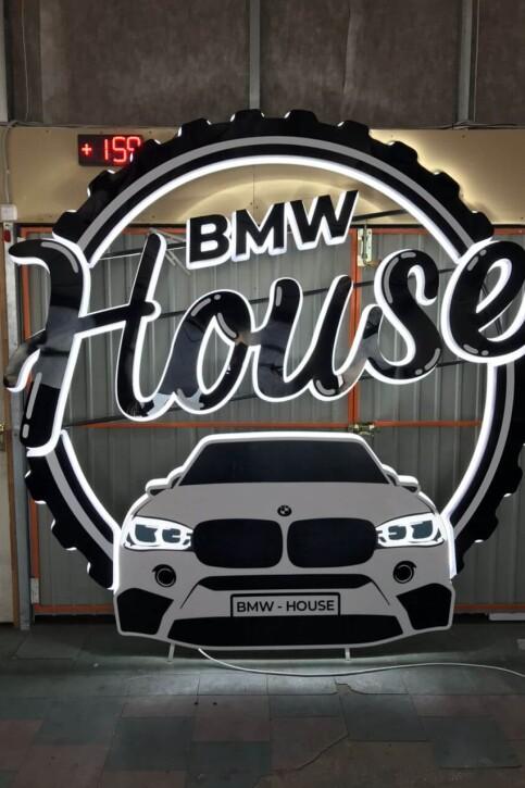 Вывеска BMW с объемными буквами и контражурной подсветкой