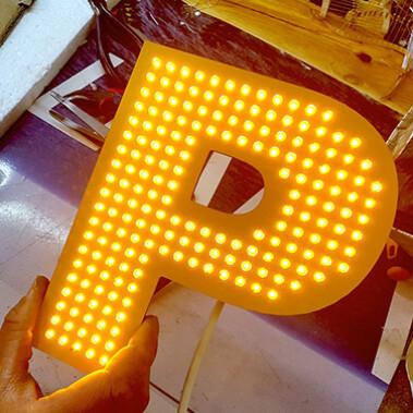 Буква с открытыми светодиодами желтого цвета