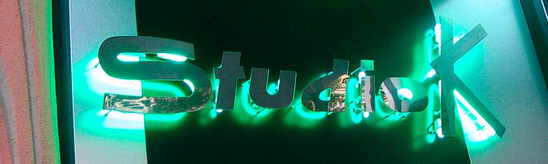 Буквы из нержавейки с контр ажурной подсветкой неоном