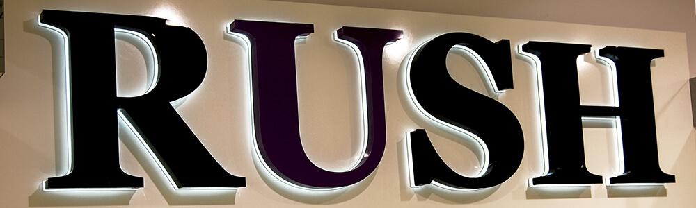 Объемные буквы RUSH с подложкой из прозрачного акрила 20 мм