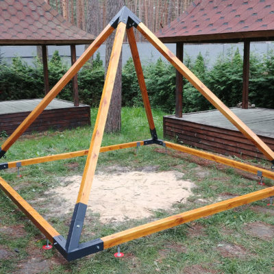 Пирамида из дерева и металла