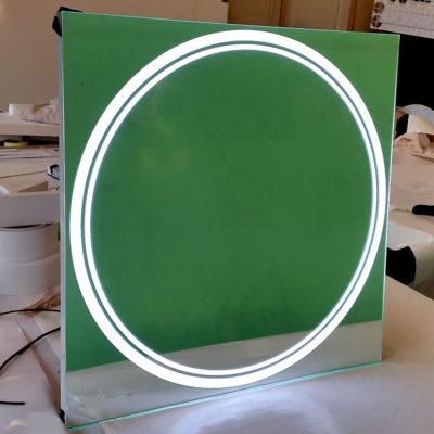 Квадратное зеркало с лед подсветкой в виде круга