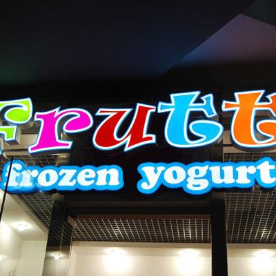Яркие буквы на фасаде Frutti frozen yogurt