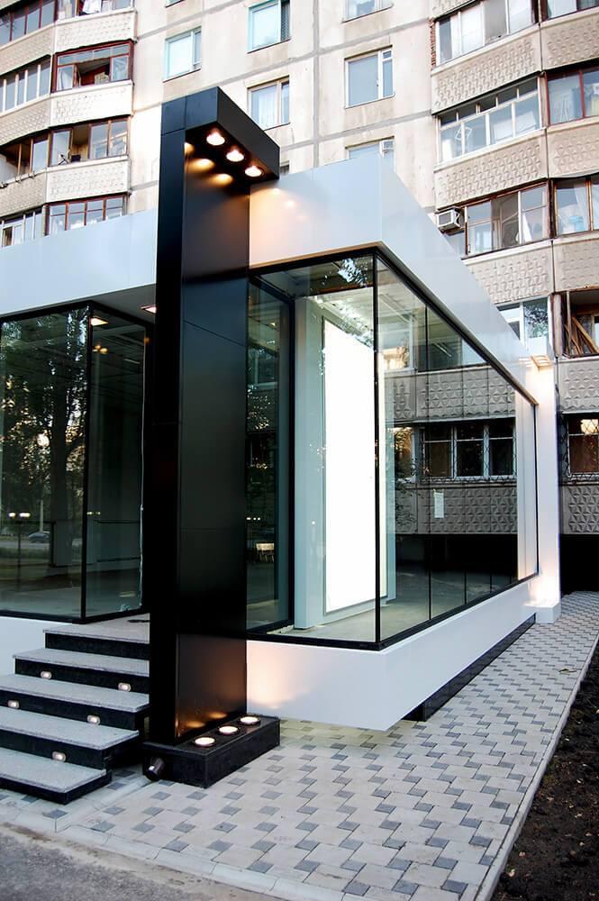 Оформление фасада композитом и стеклом