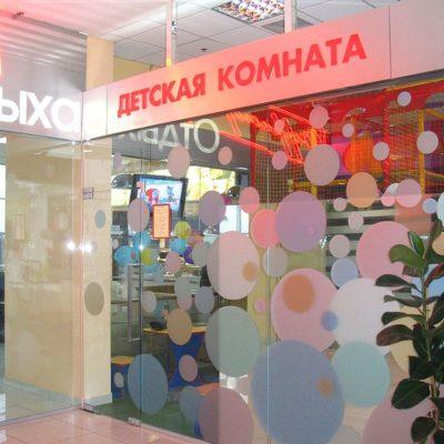 Оклейка плёнкой стекла магазина