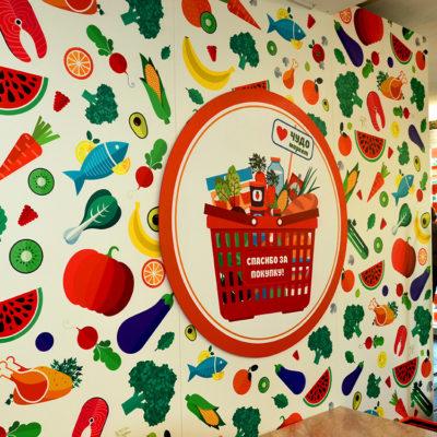Оклейка плёнкой стены магазина