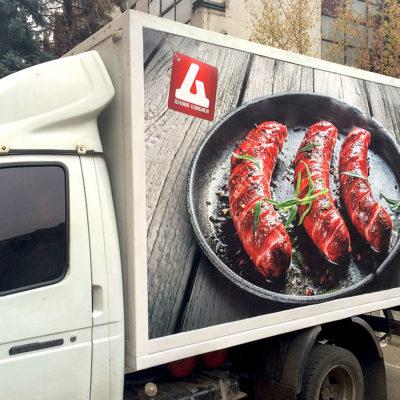 Оклейка рекламной пленкой машины