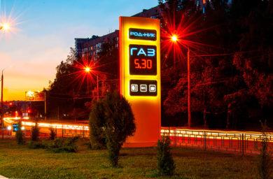 Стела АЗС РОДНИК ГАЗ ночью с лед подсветкой