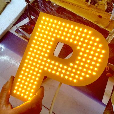 Светодиодные буквы желтого цвета