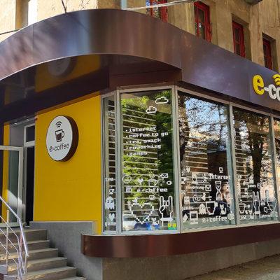 Оформление фасада кафе e-coffee