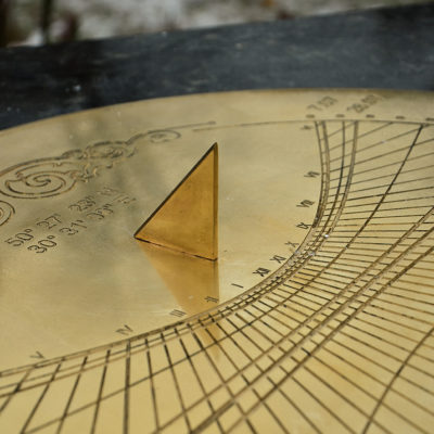 Солнечные часы из металла