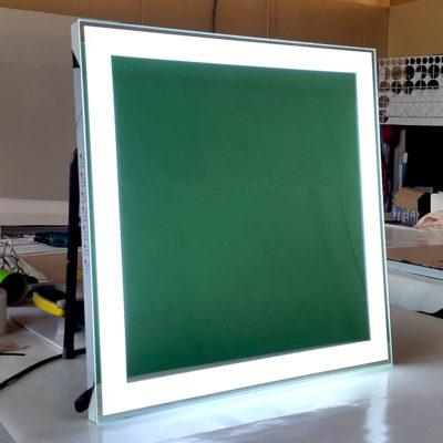 Квадратное зеркало с лед подсветкой в спальню