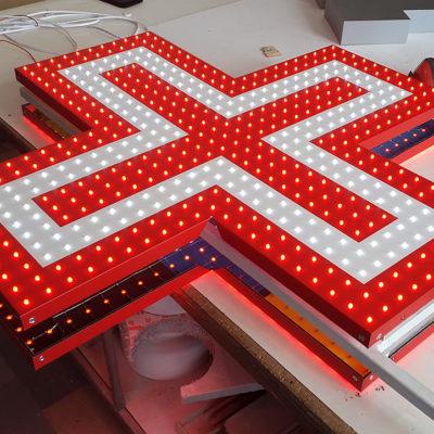 Световой крест красно-белого цвета