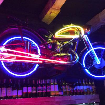 Мотоцикл с цветным неоном под потолком