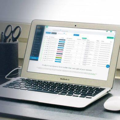 Офисный стол с ноутбуком